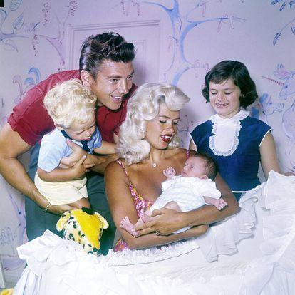 Jayne Mansfield, su marido Mickey Hargitay y sus hijos Miklos, Zoltan y Jayne Marie en 1960.