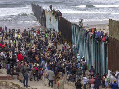 Al menos 300 centroamericanos pretenden cruzar desde Tijuana a San Diego