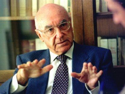 Manuel Clavero Arévalo, el 24 de octubre de 1998, cuando el Consejo de Gobierno andaluz le concedió el título de hijo predilecto de Andalucía.