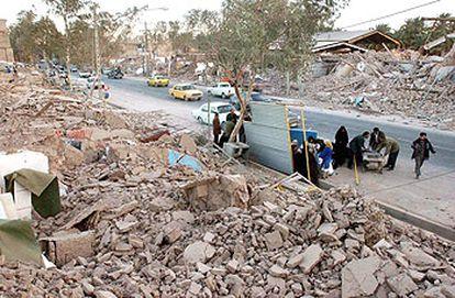 Los supervivientes del terremoto se concentran en las calles ante la ausencia de edificios donde refugiarse.