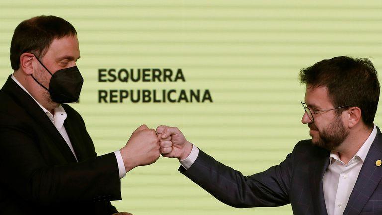 El candidato de ERC a la presidencia de la Generalitat, Pere Aragonès, y el presidente del partido, Oriol Junqueras, celebran los resultados de las elecciones catalanas de este domingo.