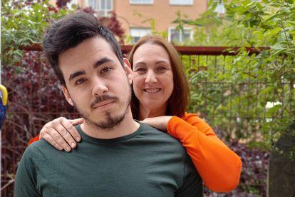Myriam Sanchidrián y su hijo Rubén deciden hablar del trastorno de Gilles de la Tourette, que le fue diagnosticado al joven cuando tenía nueve años.