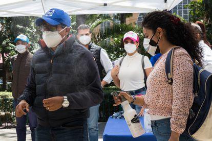 Asistentes con mascarilla a un mitin electoral del PAN en Miguel Hidalgo, Ciudad de México.