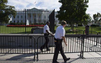 Exterior de la Casa Blanca, este lunes. La policía ha colocado una valla portable adicional.