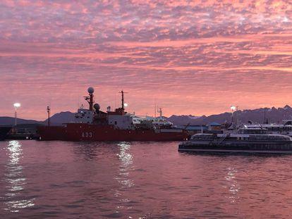 El buque Hespérides, al a izquierda, atracado en la ciudad de Ushuaia.