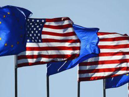 Banderas de Estados Unidos y de la Unión Europea.