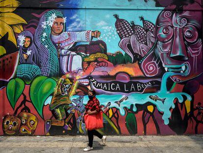 Una mujer camina al lado del mercado de Jamaica en Ciudad de México.