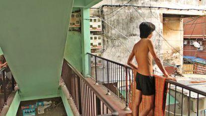 Cada día, miles de jóvenes recorren las calles Phnom Phen recolectando desperdicios que luego venden por poco más de un dólar.