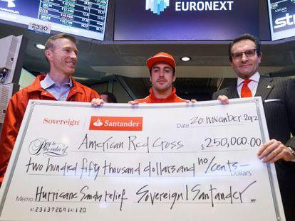 Alonso muestra la donación que el Banco de Santander ha hecho a los damnificados por el huracán Sandy.