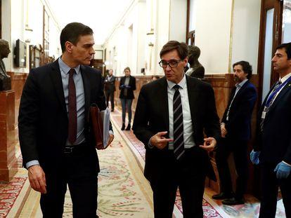 El presidente Pedro Sanchez habla con el ministro de Sanidad, Salvador Illa el 18 de marzo.