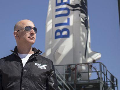 Jeff Bezos, delante del cohete 'New Shepard' de la compañía Blue Origin, en Texas.
