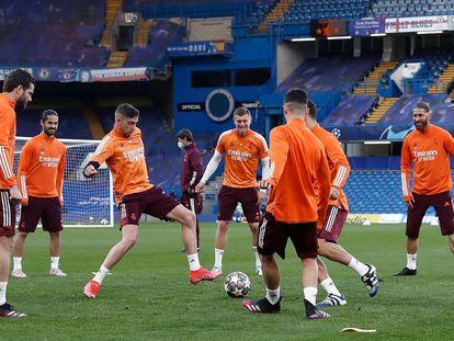 Los jugadores del Real Madrid, entrenando en Stamford Bridge.