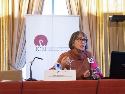 Gabriela Dutrénit durante una conferencia en el Instituto Complutense de Estudios Internacionales.