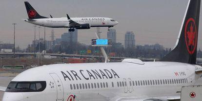 Un avión B737 MAX 8 de Air Canada tomando tierra en Toronto