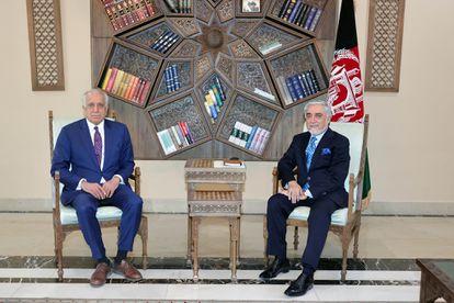 El enviado especial de Estados Unidos para Afganistán, Zalmay Khalilzad, durante su reunión con el presidente del Consejo de Paz, Abdullah Abdullah, la semana pasada.