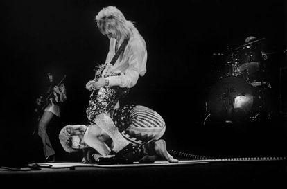 David Bowie se arrastra ante Mick Ronson en un concierto en Londres en mayo de 1973.