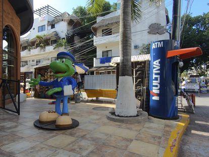Uno de los cajeros afectados por la red de clonación de tarjetas, en Playa del Carmen (México), en junio.