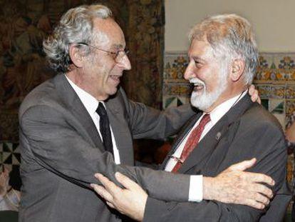 Joandomènec Ros, nuevo presidente del Institut Català, felicitado por su antecesor en el cargo, Salvador Giner.