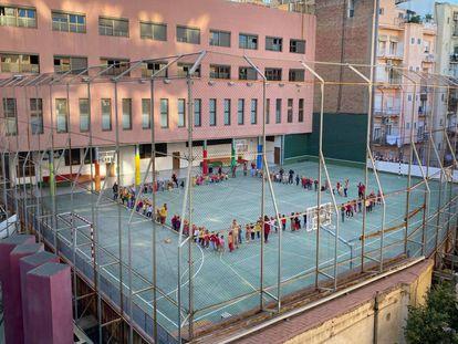 Alumnos de un colegio del centro de Barcelona celebran en el patio la tradicional Castanyada.