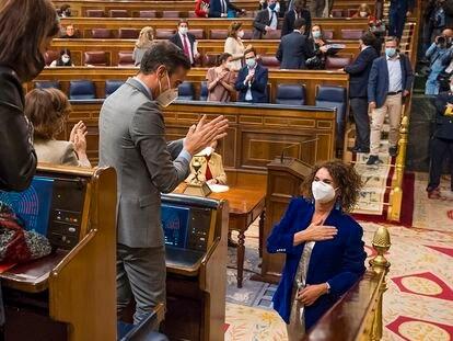 Pedro Sanchez, Presidente del Gobierno, y Maria Jesus Montero, ministra de Hacienda, se saludan durante el pleno de presupuestos en el Congreso de los Diputados, en Madrid, el 3 de diciembre de 2020. Foto: Angel Navarrete/Pool