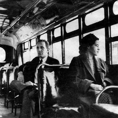 Rosa Parks, en un autobús de Montgomery, junto a un hombre blanco.