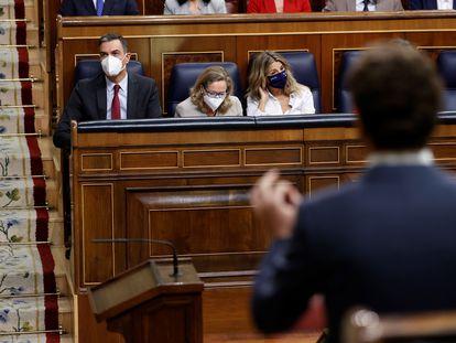 El líder del PP, Pablo Casado (derecha), pregunta este miércoles al presidente del Gobierno, Pedro Sánchez, durante la sesión de control al Gobierno.