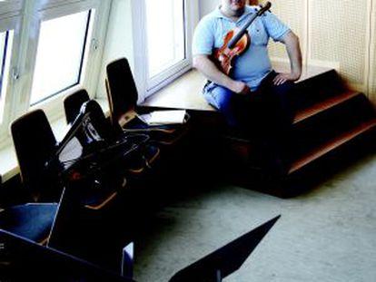 """Riquelme elige una sala de ensayo para posar: """"Aquí todo está pensado para el bienestar de los músicos""""."""