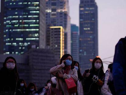 Ciudadanos con mascarillas en la ciudad china de Shanghái.