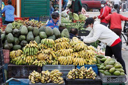 Un vendedora en la plaza de mercado Corabastos de Bogotá (Colombia). Comerciantes y cultivadores garantizan el abastecimiento alimentario durante la cuarentena hasta el próximo 26 de abril para evitar el coronavirus.