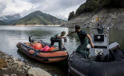 Integrantes de la unidad subacuática GEAS de la Guardia Civil en tareas de búsqueda de la pareja desaparecida en el pantano de Susqueda (Girona).