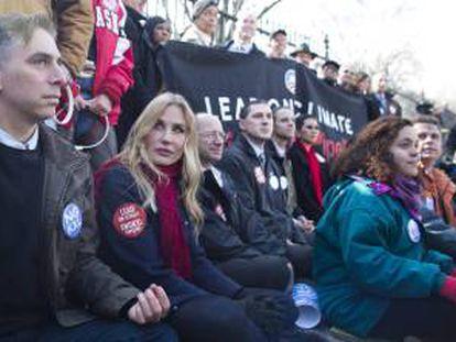 La actriz estadounidense Daryl Hannah (2ª izq) participa junto a otros activistas de los grupos ecologistas Sierra Club, 350.org y Committed Citizens en una protesta delante de la Casa Blanca en contra de la construcción del oleoducto Keystone XL el 13 de febrero de 2013 en Washington DC (Estados Unidos).