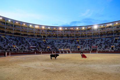 El novillero Guillermo García durante el festival taurino celebrado el 2 de mayo en la plaza de Las Ventas de Madrid.