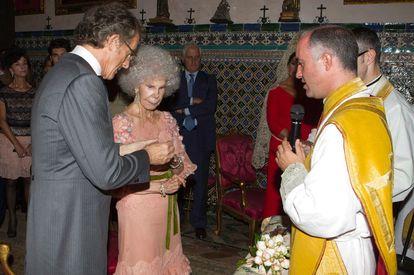 La duquesa de Alba, Cayetana Fitz-James Stuart, y Alfonso Díez Carabantes, en el momento de contraer matrimonio en el palacio de Dueñas.