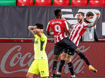 El defensa del Atlético, Stefan Savic, se lamenta del segundo gol del Athletic, obra de Íñigo Martínez, que lo celebra al fondo con Williams. EFE/Javier Zorrilla