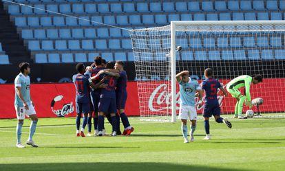 Los jugadores del Atlético de Madrid festejan el gol de Luis Suárez ante el Celta este sábado en Balaídos.