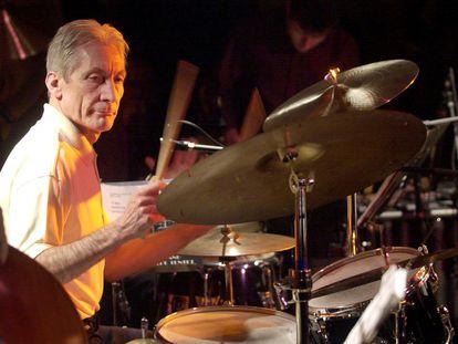 La estrella del pop británico de los Rolling Stones, Charlie Watts, toca la batería durante un concierto en Barcelona el 24 de noviembre de 2001.