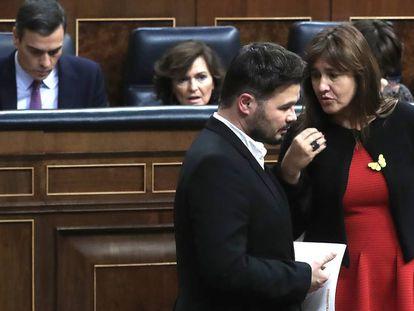 Gabriel Rufián y Laura Borràs, en el hemiciclo del Congreso, en presencia de Pedro Sánchez y Carmen Calvo, el pasado sábado. En vídeo, previsiones de la última sesión de investidura.
