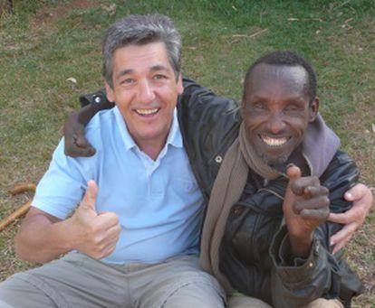 Xavier de las Cuevas junto con un paciente del Hospital de Gambo.