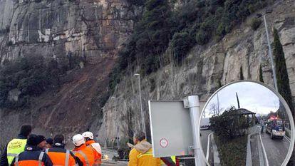 Un desprendimiento de rocas y tierra corta la carretera de acceso a la plaza de Montserrat.<b>