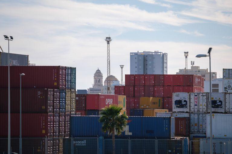 La Catedral de Cádiz enmarcada por los contenedores de mercancías del Puerto de Cádiz, que ha cerrado 2020 con uno de los mayores crecimientos del país.