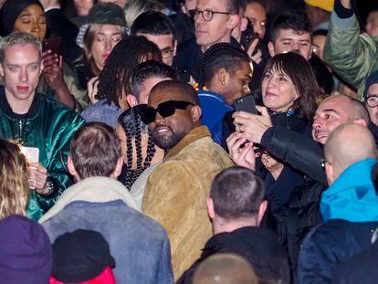 Kanye West, rodeado de fans tras el desfile de su marca Yeezy durante la Paris Fashion Week de 2020, celebrada en marzo de 2020 justo antes de que el mundo se detuviese.