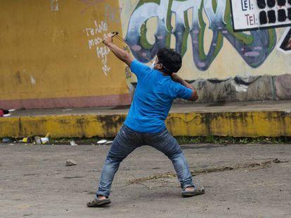 Un joven lanza una piedra en Jinotepe (Nicaragua).
