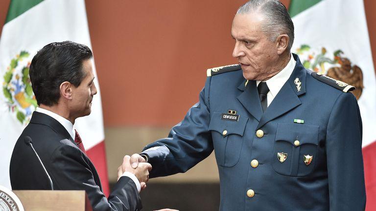 El expresidente Enrique Peña Nieto saluda al general Salvador Cienfuegos.