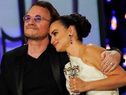 El cantante de U2, Bono, se abraza a Penélope Cruz tras entregarle el Premio Donostia. En vídeo, discurso íntegro de la actriz tras recibir el premio.