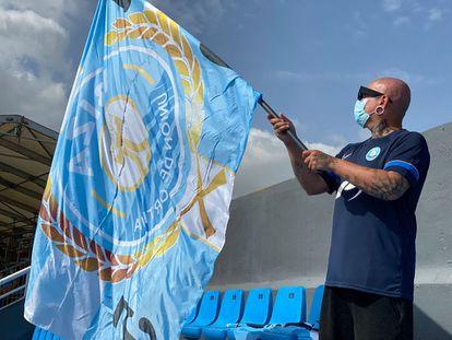 Un aficionado de la UD Ibiza hace flamear una bandera del equipo durante el partido contra el Burgos CF de la séptima jornada de LaLiga SmartBank.
