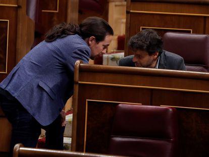 Pablo Iglesias conversa con Jaume Asens, durante el pleno del Congreso este miércoles.