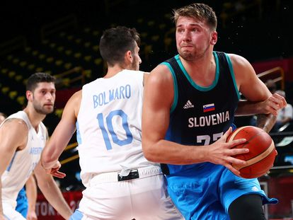 Doncic supera a Bolmaro en el partido entre Eslovenia y Argentina.