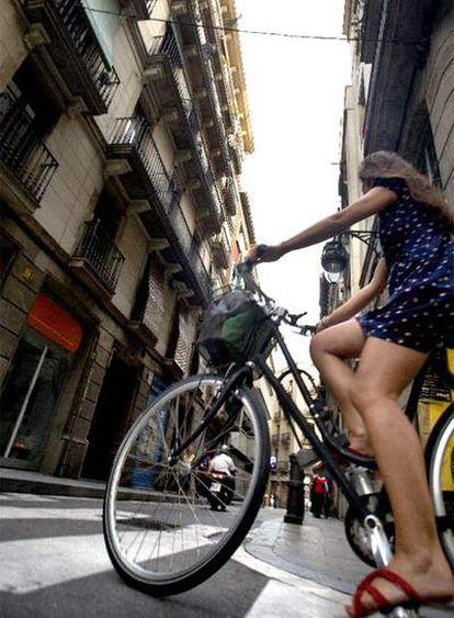 Una ciclista en la calle de les Magdalenes de Barcelona.