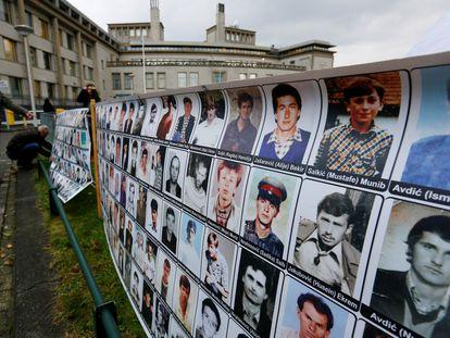 Pancarta con imágenes de víctimas musulmanas de la guerra de Bosnia, ante la sede del TPIY en La Haya el 22 de noviembre de 2017.