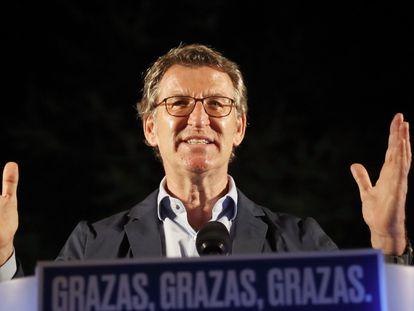 El presidente de la Xunta, Alberto Núñez Feijóo, tras revalidar su cuarta mayoría absoluta, el domingo por la noche, en un hotel de Santiago de Compostela.